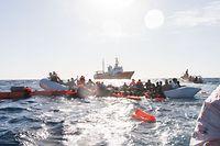 """ARCHIV - 27.01.2018, Mittelmeer: Zahlreiche Flüchtlinge, die auf Booten von Libyen aus nach Italien übersetzen wollten, werden während eines Rettungseinsatzes vor der libyschen Küste geborgen. (zu dpa """"Mehr als 1400 Flüchtlinge in diesem Jahr im Mittelmeer umgekommen"""" am 03.07.2018) Foto: Laurin Schmid/SOS Mediterranee/dpa +++ dpa-Bildfunk +++"""