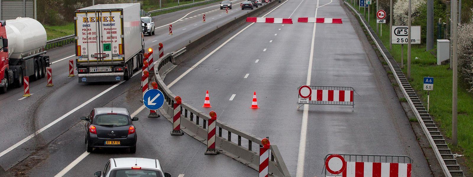 Der Verkehr wird einspurig an dem betroffenen Abschnitt vorbeigeführt.