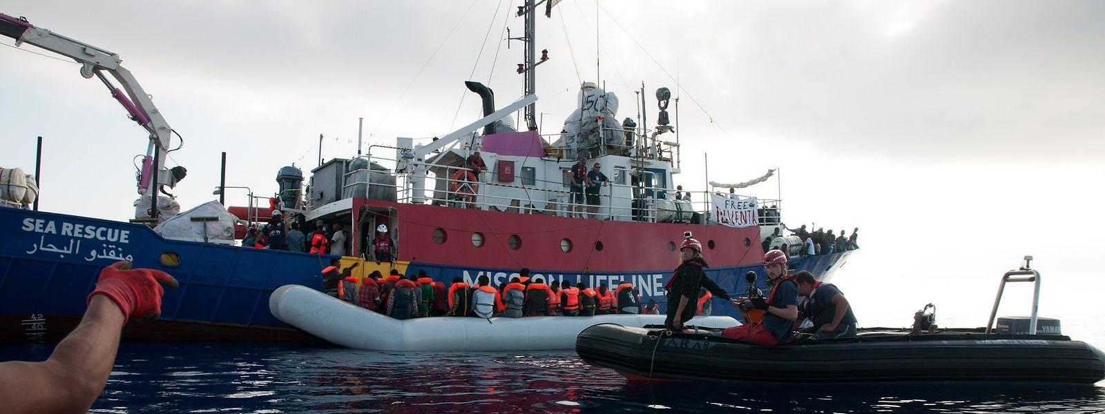 Im Mittelmeer ist ein neues Migrantenschiff auf Irrfahrt.