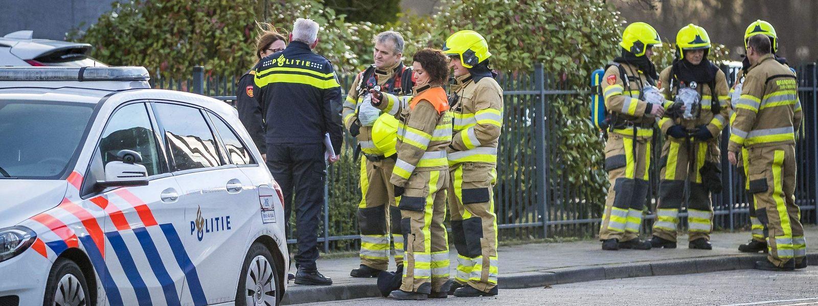 Rettungskräfte vor dem Postverteilzentrum in Kerkrade.