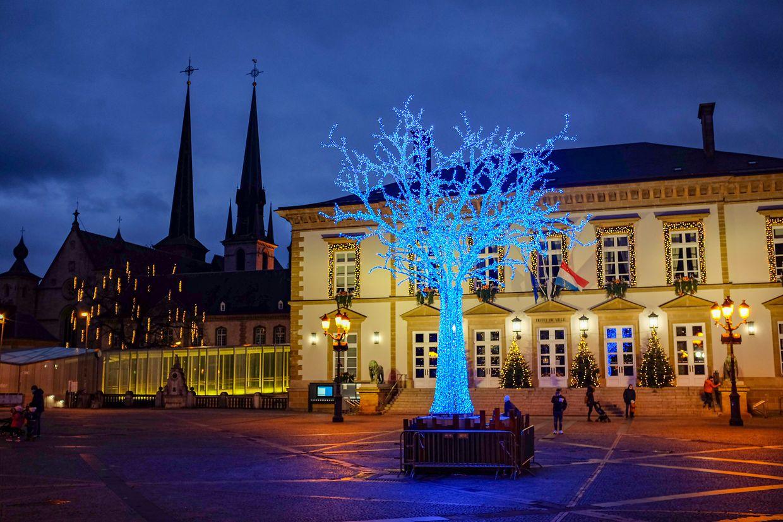 Eine weihnachtliche Beleuchtung, aber keine Buden und keine Eisbahn: Blick auf den Knuedler.