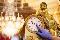 HANDOUT - 23.10.2020, Großbritannien, Windsor: Ein Uhrmacher und Restaurator stellt im Schloss Windsor eine französischen Kaminuhr aus dem frühen 19. Jahrhundert auf die Winterzeit um. (zu dpa «Uhrmacher von Schloss Windsor muss 400 royale Uhren umstellen») Foto: Ben Fitzpatrick/Royal Collection/PA Media/dpa - ACHTUNG: Nur zur redaktionellen Verwendung im Zusammenhang mit einer Berichterstattung über die Zeitumstellung und nur mit vollständiger Nennung des vorstehenden Credits +++ dpa-Bildfunk +++