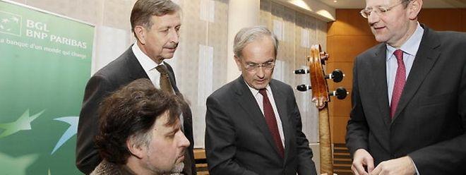 OPL-Generaldirektor Mathias Naske (rechts) nimmt das wertvolle Instrument entgegen.
