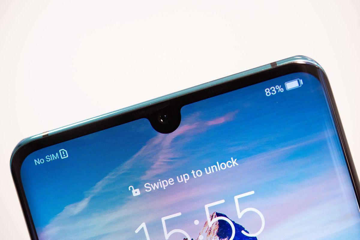 """Kein großer Notch, kein eingestanztes Loch für die Kamera. Beim """"P30 Pro"""" lässt Huawei die Frontkamera dezent ins Display hineinragen."""