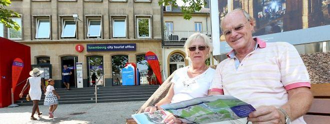 Mit dem Stadtplan finden die Touristen ihren Weg durch die Hauptstadt.