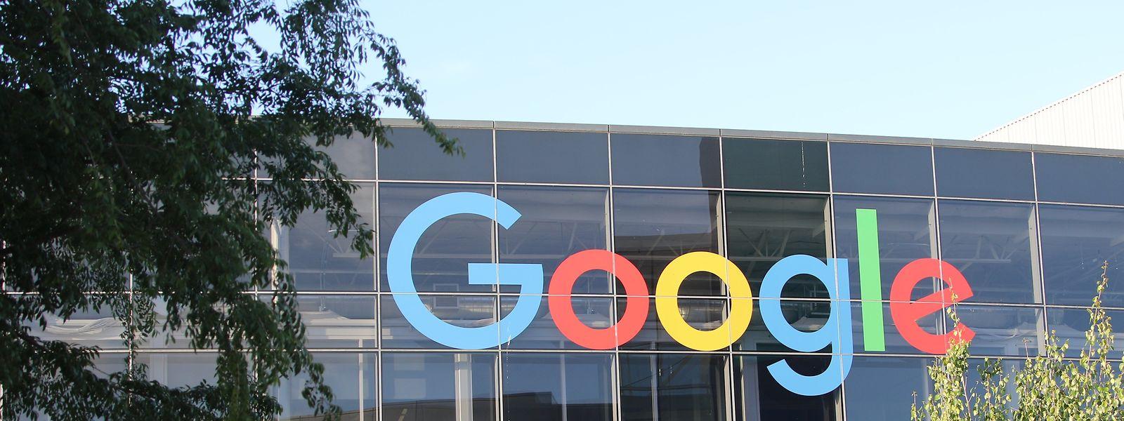 USA, Mountain View: Das Logo von Google an der Fassade des Hauptsitzes des Mutterkonzerns Alphabet.
