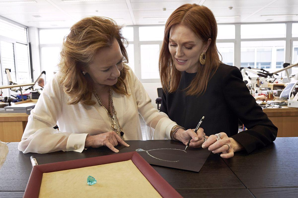 """Co-Präsidentin des Hauses, Caroline Scheufele (l.), entwarf zusammen mit Hollywoodstar Julianne Moore ein Collier aus Fairmined-Weißgold für die Sonderkollektion """"Green Carpet""""."""