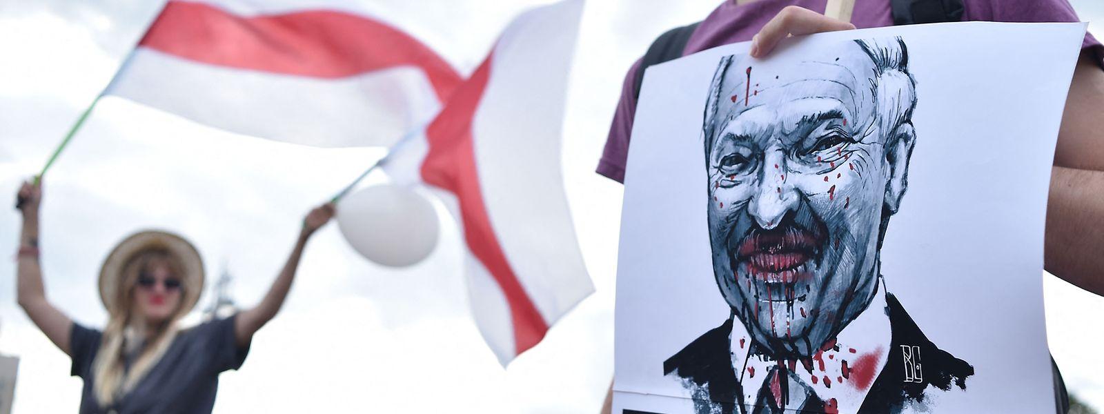 Während ausländische Geldhäuser Lukaschenkos Machterhalt mitfinanzieren, gehen die Proteste gegen das Regime weiter.
