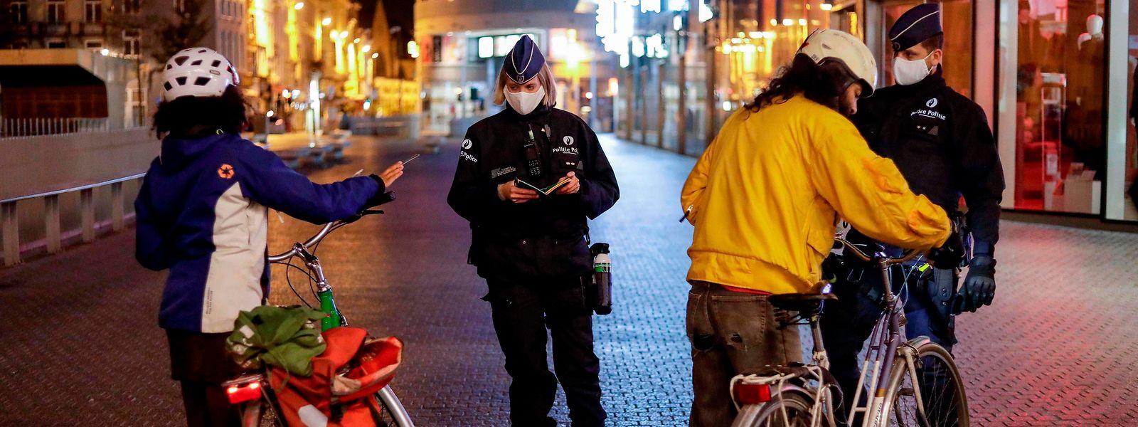 Polizisten kontrollieren die nächtliche Sperrstunde in Brüssel.
