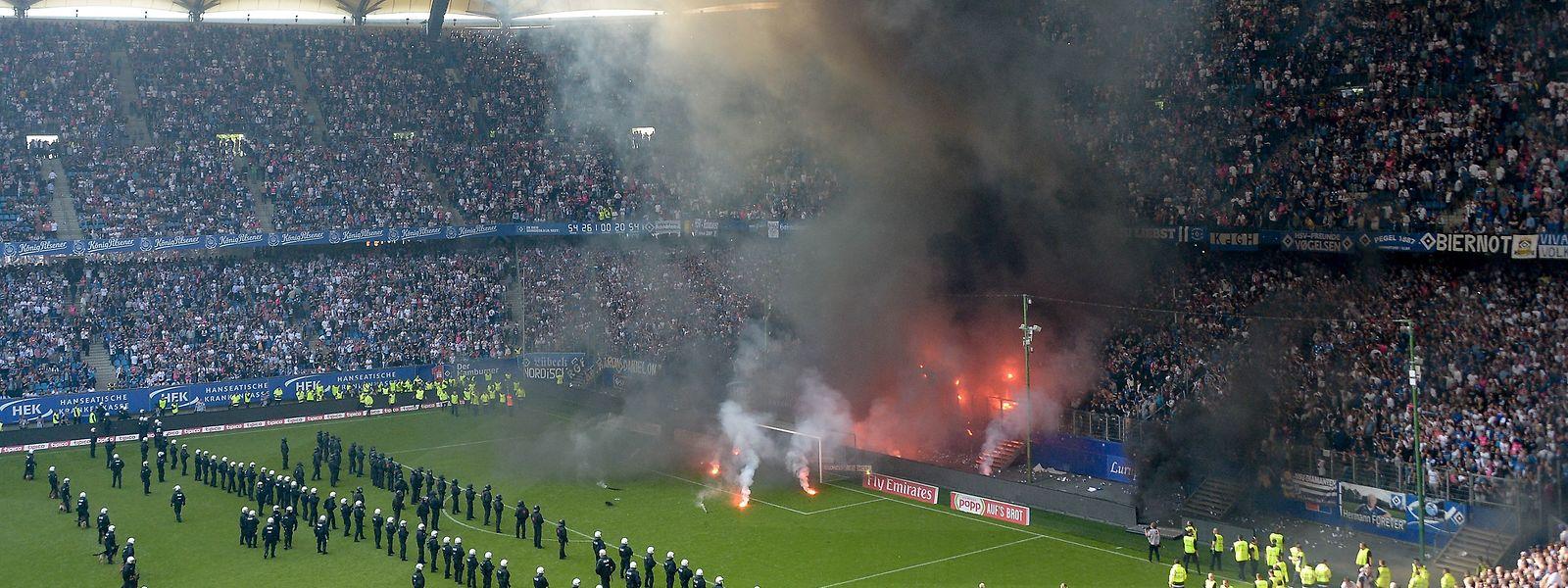 Mit Bildern von Randalen verabschiedet sich der Hamburger SV in die 2. Bundesliga.