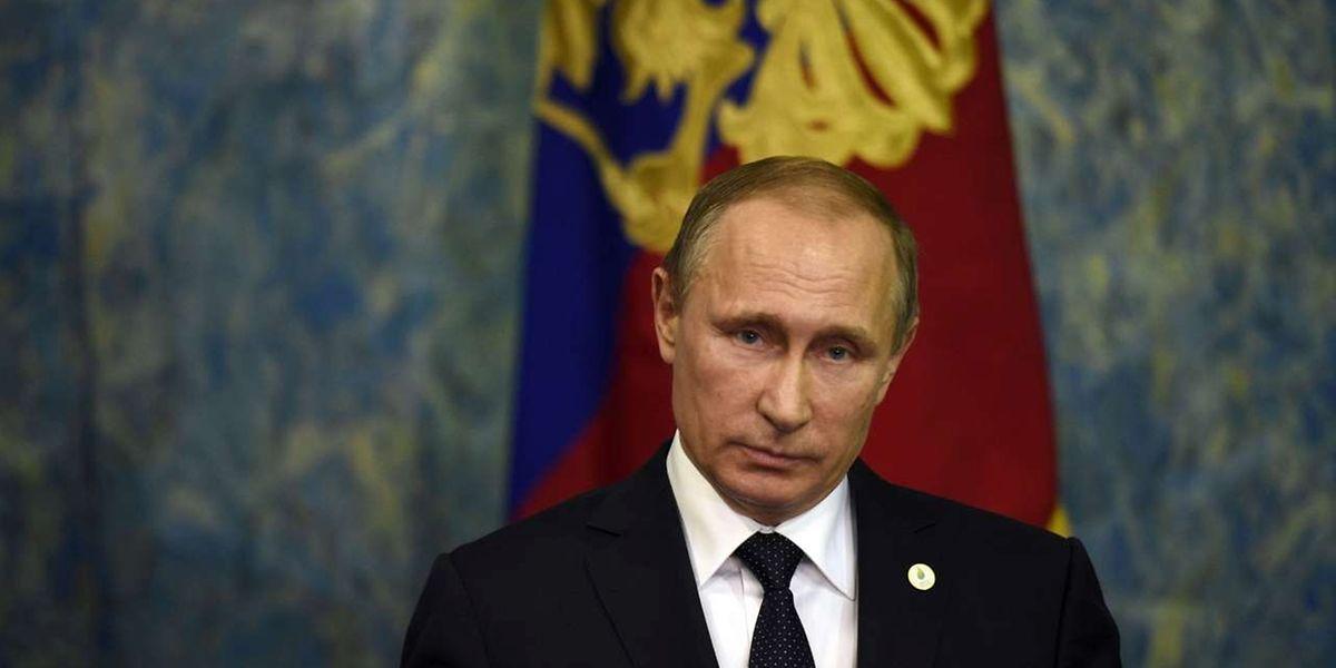 Wladimir Putin lässt die russische Armee prüfen.