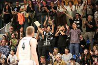 Düdelinger Fans jubeln / Basketball Total League Herren Luxemburg, Saison 2018-2019, 2. Finale / 27.04.2019 / T71 Dudelange - Etzella Ettelbruck / Centre Sportif René Hartmann, Dudelange / Foto: Yann Hellers
