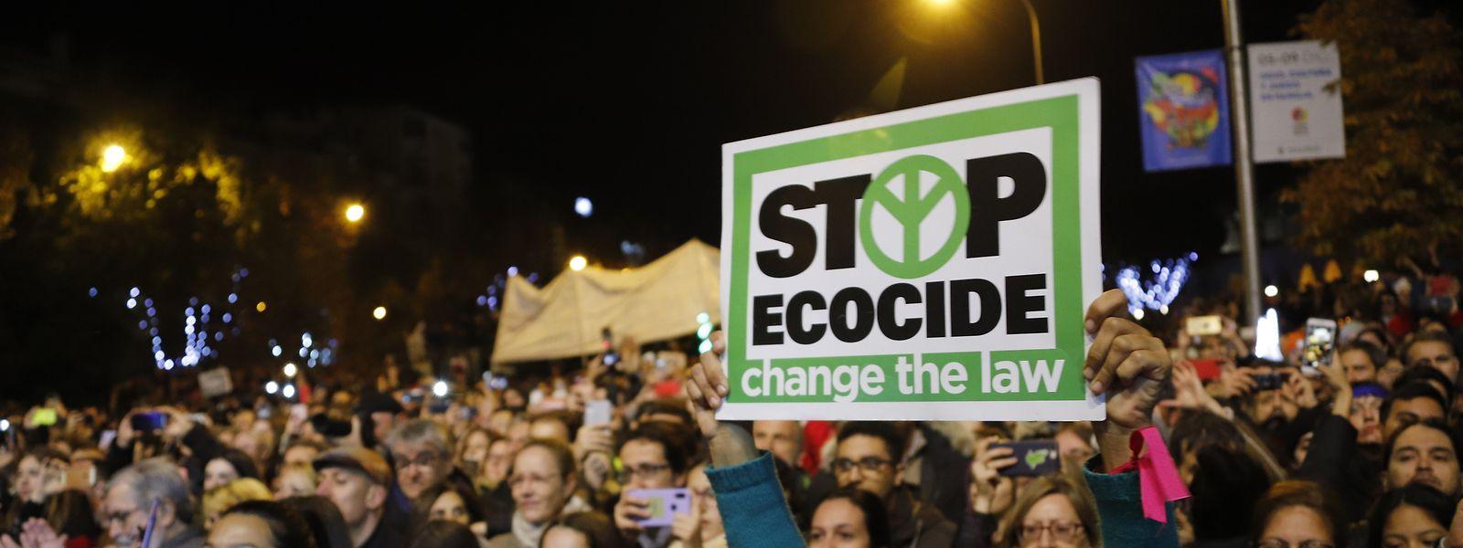 Tausende von Menschen nehmen während der COP25 U.N. Klimakonferenz 2019 in Madrid an einem Klimamarsch teil. Politiker werden zu mehr Engagement im Kampf gegen die globale Erderwärmung aufgerufen.