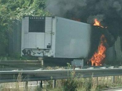 La remorque du camion a pris feu.