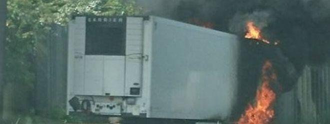 Der Auflieger stand binnen Minuten in Flammen.
