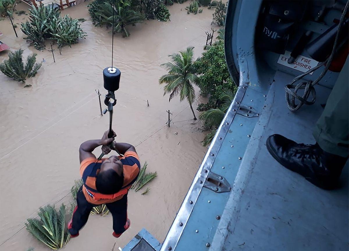 Von einem Hubschrauber der indischen Air Force wurde dieser Mann aus den Fluten gerettet.