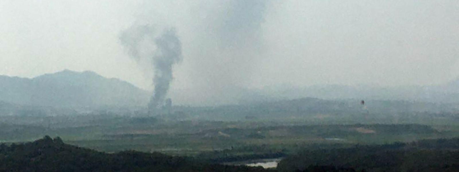 Rauch steigt in der nordkoreanischen Grenzstadt Kaesong auf.