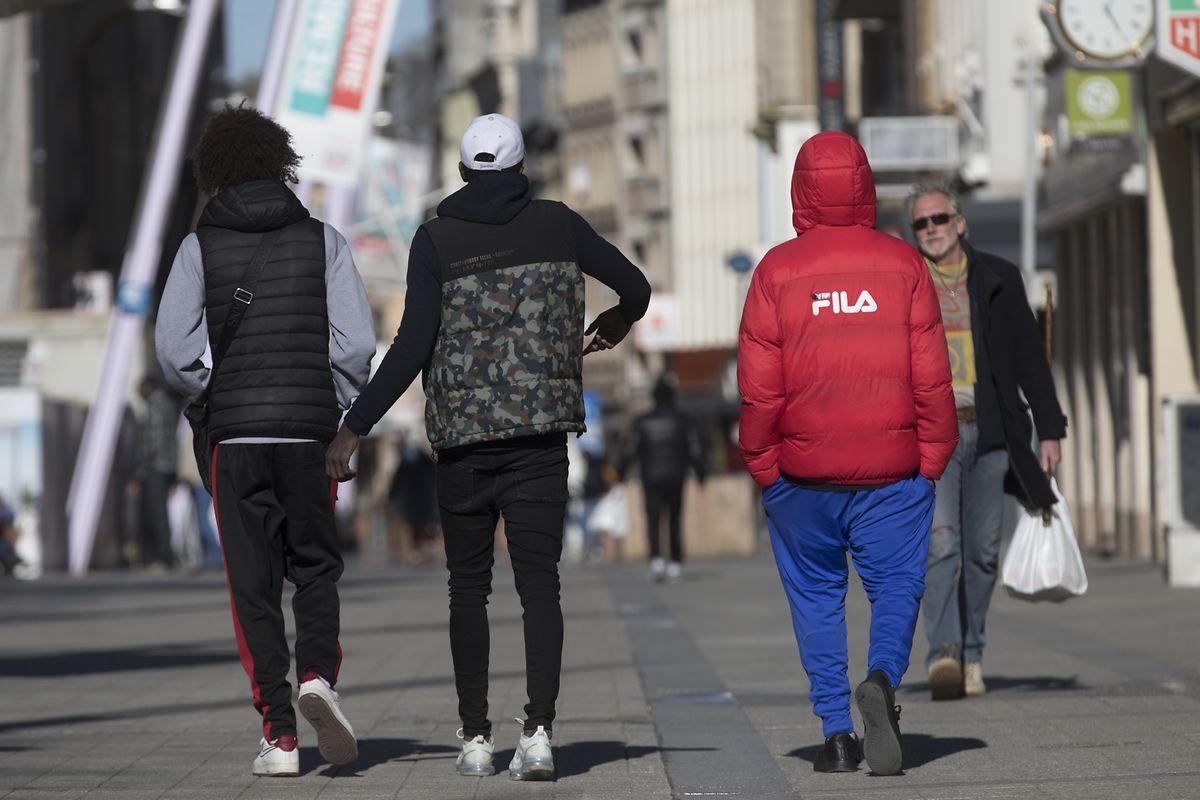 Rausgehen, um runterzukommen: Jugendliche in der Rue de l'Alzette in Esch/Alzette am 30. März. Die Einkaufsstraße ist am 30. März ziemlich belebt - die Ausgangsregeln und Mindestdistanzen seien aber großteils eingehalten worden, heißt es von den Behörden.