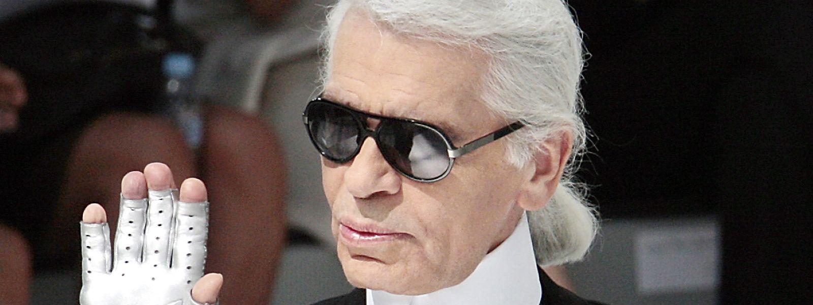 Karl Lagerfeld mit seinen Markenzeichen: Sonnenbrille, Kragen und Handschuhe.