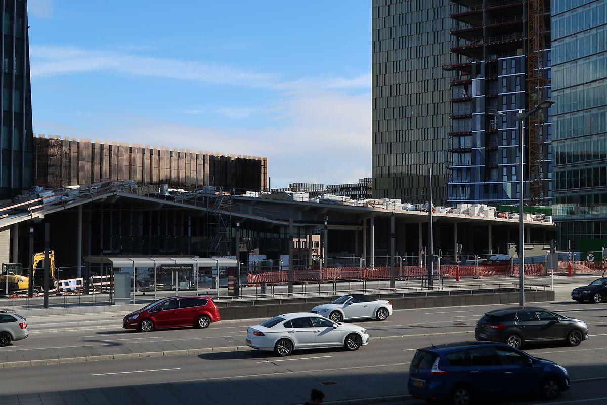 Le toit de la future galerie commerciale, située entre l'immeuble de bureaux (à gauche) et la tour résidentielle (à droite) sera entièrement végétalisé d'ici septembre.
