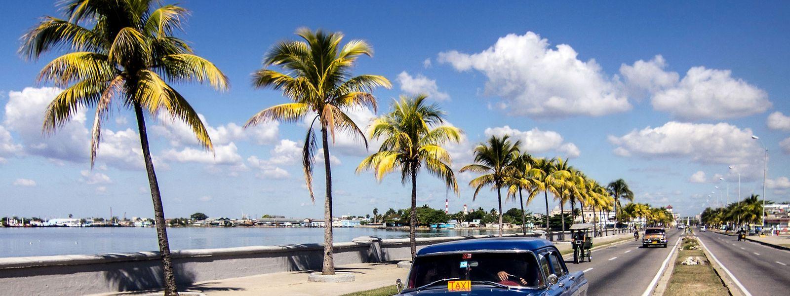 Vor allem alte US-Straßenkreuzer tuckern über Kubas Strassen. Das Benzin für sie wird knapp.