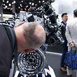 Dieser Zuschauer inspiziert einen 2-Liter Diesel TDI-Motor von Volkswagen.