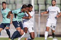 Adel Bettaieb ici aux prises avec Clément Couturier, a inscrit deux des quatre buts dudelangeois.