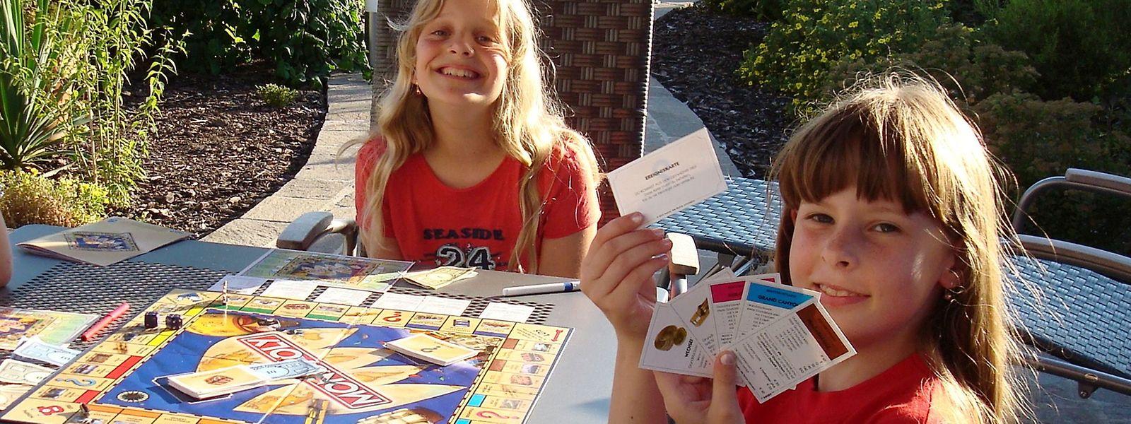 Gastschwester Tiffany (l.) und Olga beim Monopoly-Spielen im zweiten Jahr des Austausches.