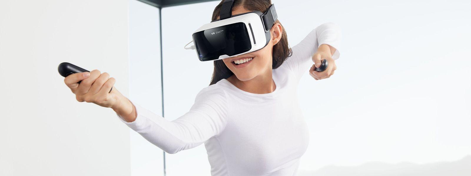 """Mit der """"VR One Connect"""" von Zeiss können Gamer SteamVR-Virtual-Reality-Titel über eine Smartphone-Brille spielen. Die Universalhalterung eignet sich für Geräte zwischen 4,7 und 5,5 Zoll. Die Berechnung der VR-Inhalte übernimmt nicht mehr die Smartphone-Hardware, sondern die Daten werden vom PC direkt auf das Display übertragen. Zwei drahtlose 3DoF-Controller erfassen über Sensoren drei Bewegungsachsen."""