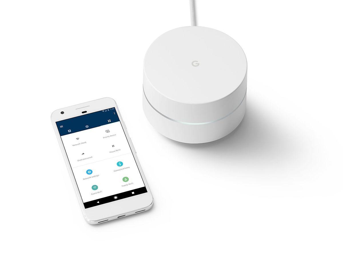 """""""Google Wifi"""" ist ein kleiner, weißer Zylinder mit einem Leuchtring in der Mitte. Die Installation erfolgt mithilfe einer Smartphone-App und ist innerhalb weniger Minuten erledigt. Der Preis für ein Gerät liegt bei 140 Euro, im Doppelpack bei circa 250 Euro."""