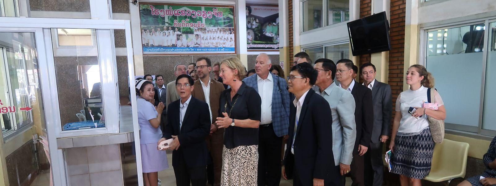 Paulette Lenert (LSAP), Ministerin für Entwicklungszusammenarbeit, erhält im Krankenhaus Maria Teresa Erklärungen zur Funktionsweise der medizinischen Einrichtung.