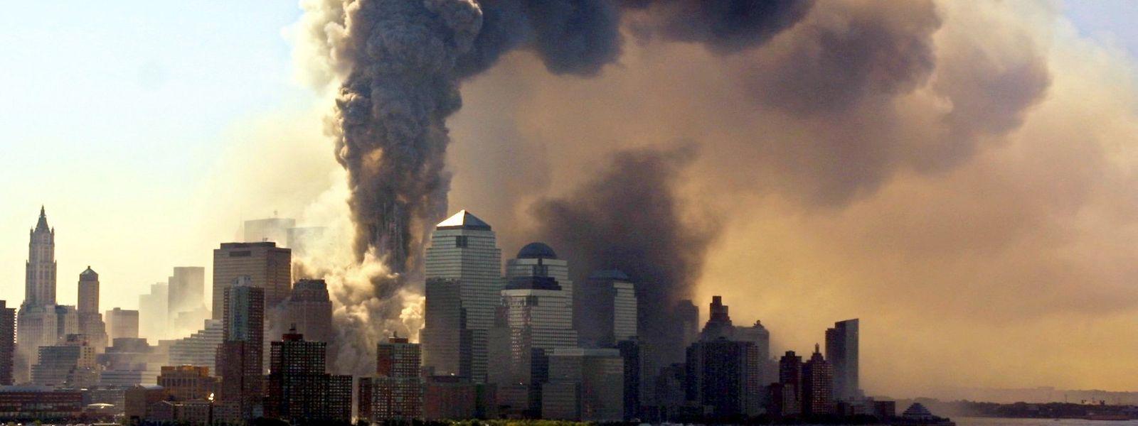 Das Archivbild vom 11.09.2001 zeigt die Südspitze von Manhatten mit den einstürzenden Türmen des World Trade Centers in New York, in die Terroristen zuvor Verkehrsflugzeuge gelenkt hatten.