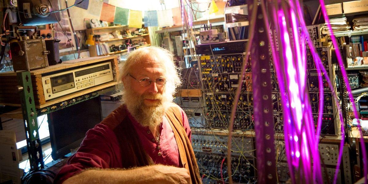 Gaston Klares hier in seinem selbst gebauten Tonstudio.