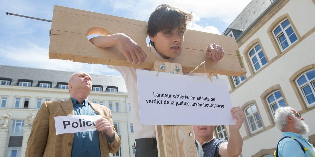 Sympathisanten der Angeklagten protestierten vor dem Gerichtsgebäude.