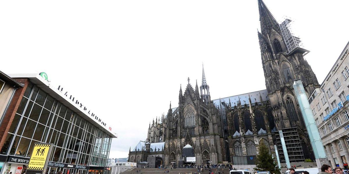 Polizeibeamte sichern den Kölner Bahnhofsvorplatz ab.