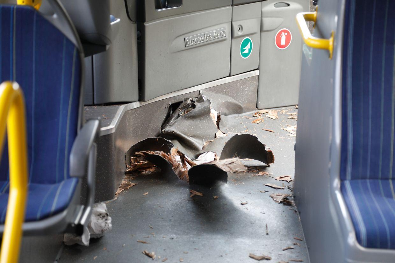 Der Straßenpoller hatte sich durch den Boden des Busses gebohrt.