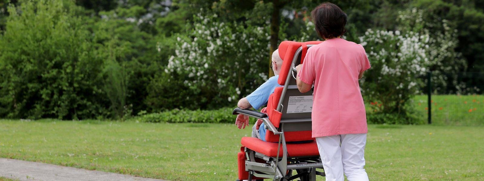 Bei gutem Wetter verbringen manche Bewohner vom Haus Omega gerne ihre Zeit in dem blühenden Garten. Das Personal ist an ihrer Seite, wenn Hilfe gebraucht wird.