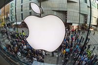 People crowd in front of the Apple Store in Munich, southern Germany, on September 19, 2014 to purchase a new Apple Iphone 6 mobile device. Apple said earlier this week that it had received record pre-orders for its new iPhone models, and that some customers will have to wait for the larger-screen versions of the smartphones. AFP PHOTO / DPA/ PETER KNEFFEL   GERMANY OUT