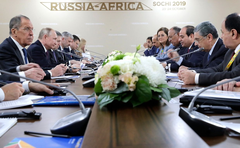Abdel-Fattah al-Sisi (3.v.r), Präsident von Ägypten, und Samih Schukri (4.v.r), Außenminister von Ägypten, treffen sich mit Wladimir Putin (2.v.l), Präsident von Russland, vor Beginn des ersten Afrika-Russland Gipfels.