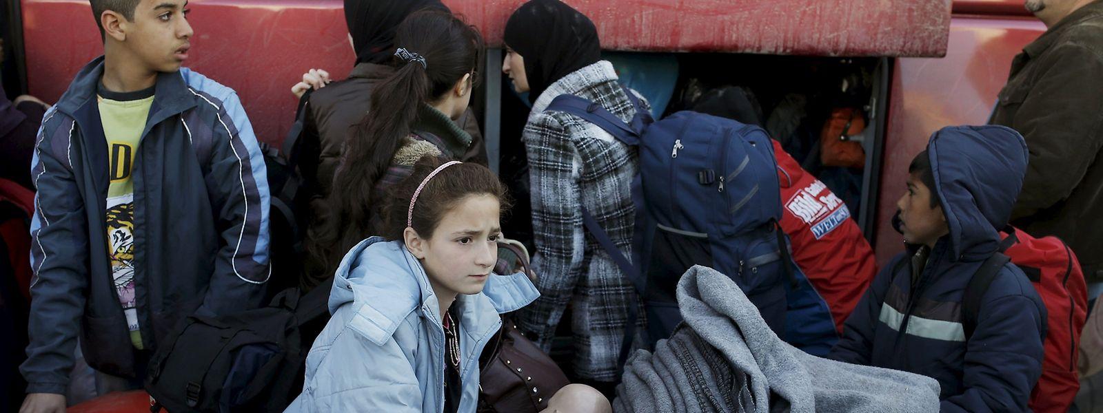 Athen versucht, die Flüchtlinge dazu zu bringen, sich auf Kosten des Staates in organisierte Lager im Landesinneren bringen zu lassen.