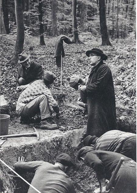 """Der Pfarrer gräbt mit: Ihm verdanken die """"D'Georges Kayser Altertumsfuerscher"""" ihren Namen."""