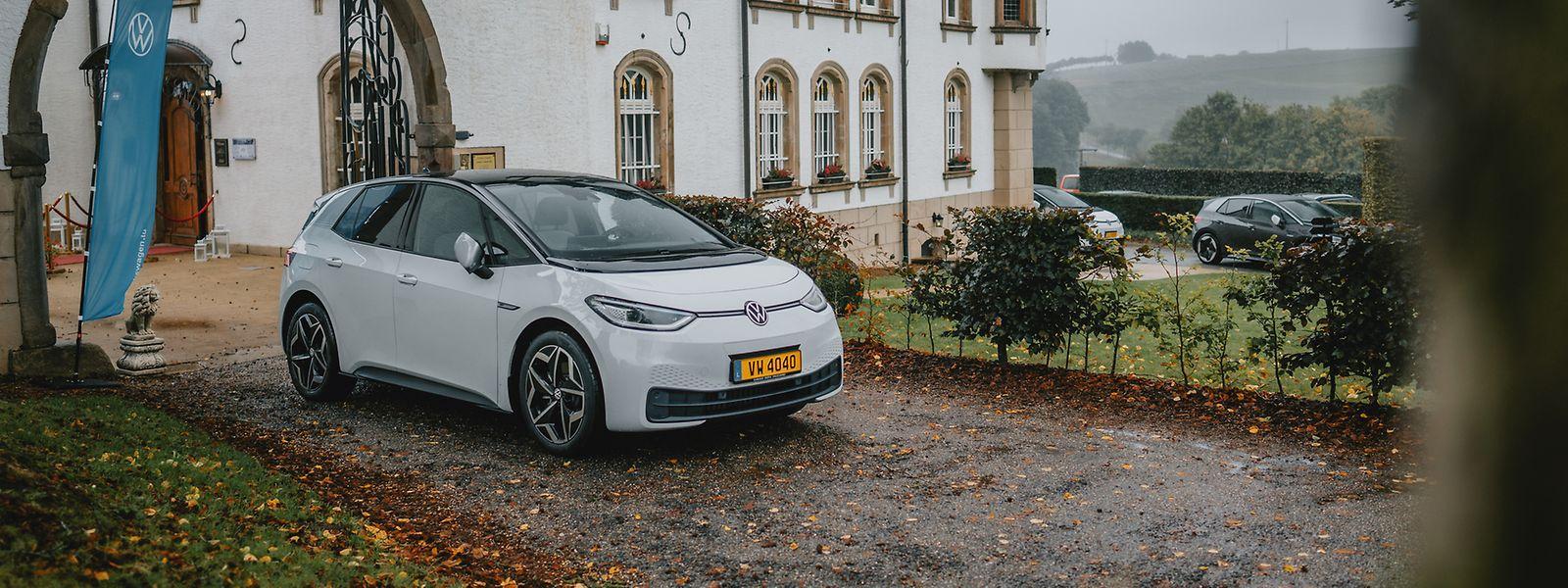 """Am 6. Oktober hatte VW Luxemburg zum """"Media Drive"""" geladen, um der Presse die neuste Wolfsburger Kreation vorzustellen. Unser Foto zeigt den ID.3 beim Zwischenstopp am Château d'Urspelt im Norden des Großherzogtums."""