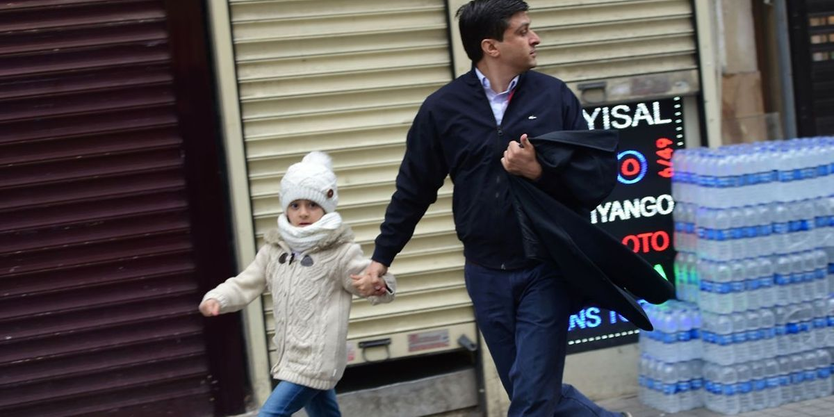 Istiklal avenue: les passants fuient la scène de l'attentat en plein coeur d'Istanbul.