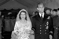 """ARCHIV - 20.11.1947, Großbritannien, London: Prinzessin Elizabeth von Großbritannien und Prinz Philip verlassen Westminster Abbey nach ihrer kirchlichen Trauung. (zu dpa """"Queen Elizabeth und Prinz Philip begehen 73. Hochzeitstag"""") Foto: Pa/PA Wire/dpa +++ dpa-Bildfunk +++"""
