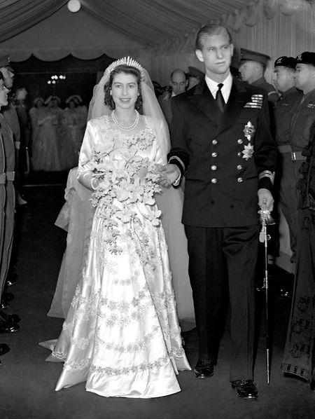 Prinzessin Elizabeth von Großbritannien und Prinz Philip verlassen Westminster Abbey nach ihrer kirchlichen Trauung.