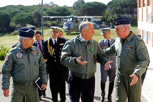 O Presidente da República, Marcelo Rebelo de Sousa (C), conversa com o Chefe do Estado-Maior da Força Aérea, General Manuel Teixeira Rolo (D), à chegada ao Comando Aéreo em Monsanto, após assistir a uma demonstração de capacidades (Busca e Salvamento), num helicóptero militar, em Lisboa, 15 de março de 2017. ANTÓNIO PEDRO SANTOS/LUSA