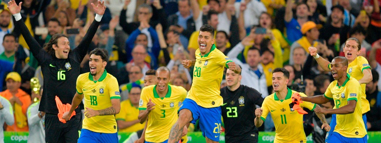 A festa dos jogadores brasileiros no final do encontro com o Peru.