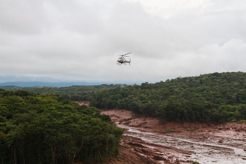 Ein Hubschrauber überfliegt die betroffene Gegend nach dem Bruch des Staudamms Córrego do Feijão des Bergbauunternehmens Vale in Brumadinho. Die dadurch ausgelöste Schlammlawine hat viele Menschen getötet und die Gegend in weiten Teilen unbewohnbar gemacht.