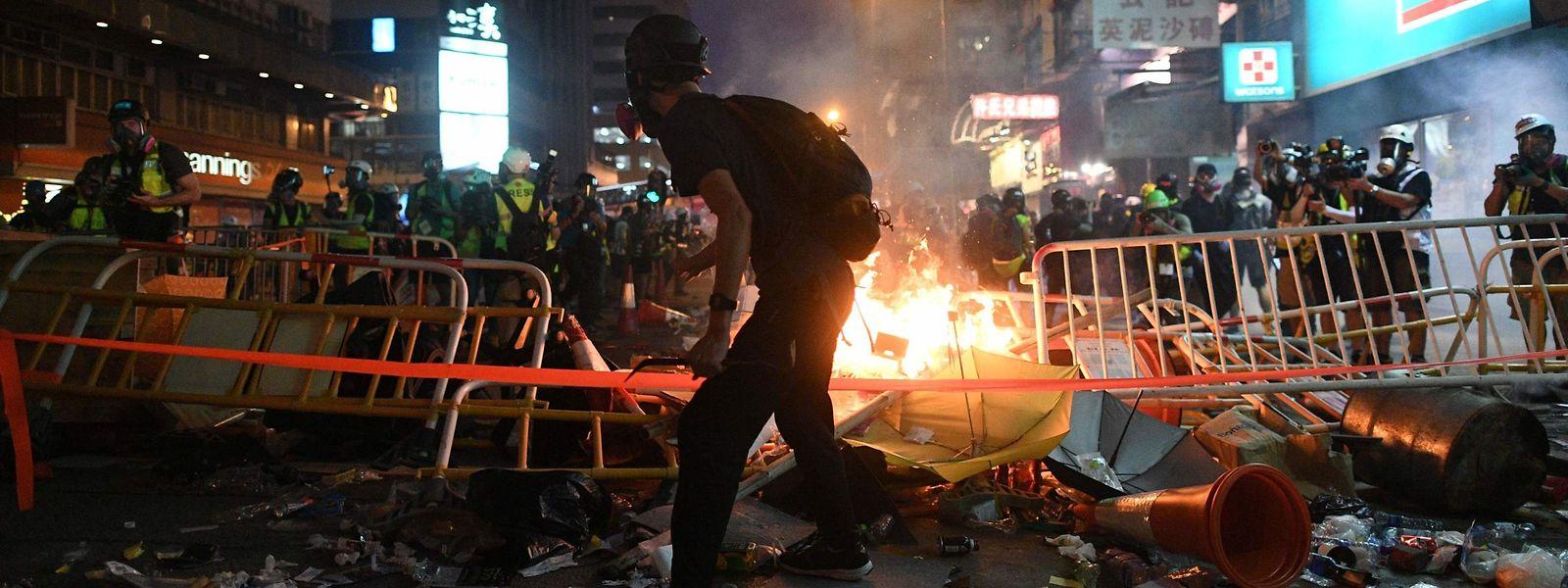 Radikale Demonstranten legten mehrere Feuer.