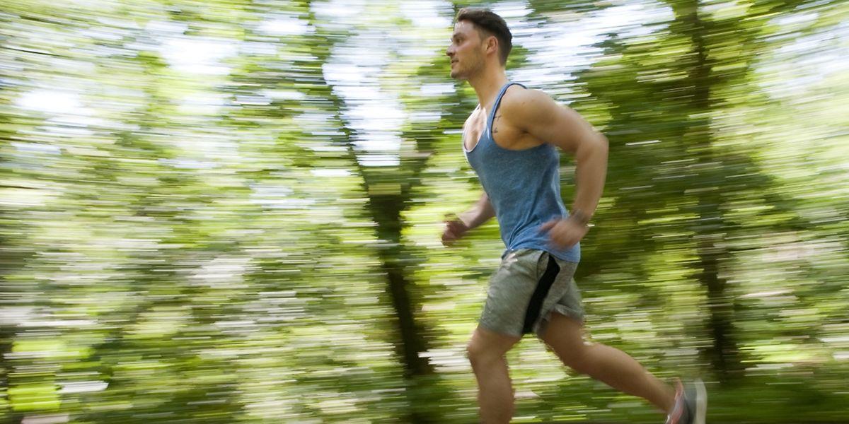 Joggen ist ideal, um den Körper fit zu halten: Es trainiert die Muskeln und baut Kondition auf.